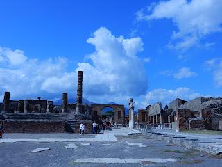 ポンペイ遺跡の風景と火山
