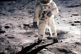 Se um astronauta tocar na superfície da Lua sem proteção em suas mãos ele sobrevive?