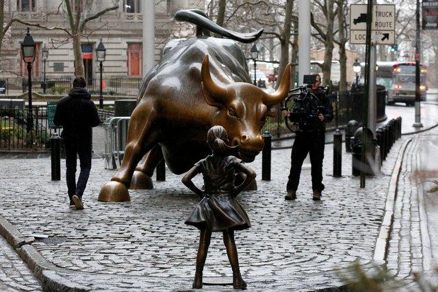 ظهر تمثال لفتاة صغيرة تحدق في ثور وول ستريت اليوم في مانهاتن