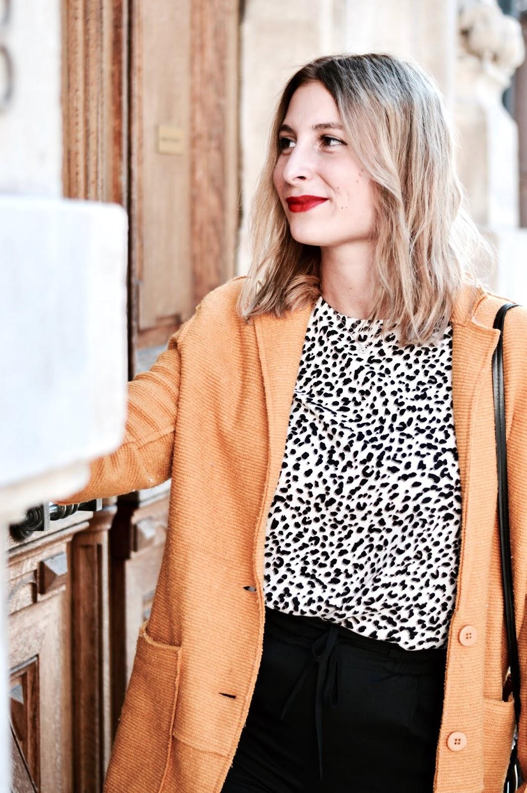 Look Automne : haut leopard et manteau jaune