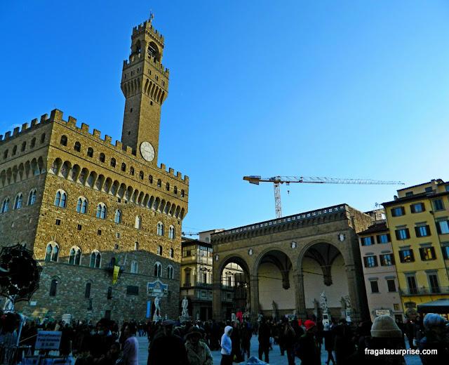 O Palazzo Vecchio (esq) e a Loggia dei Lanzi, na Piazza della Signoria, em Florença