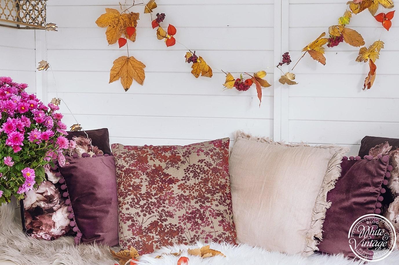 Kissen in bunten Herbstfarben.