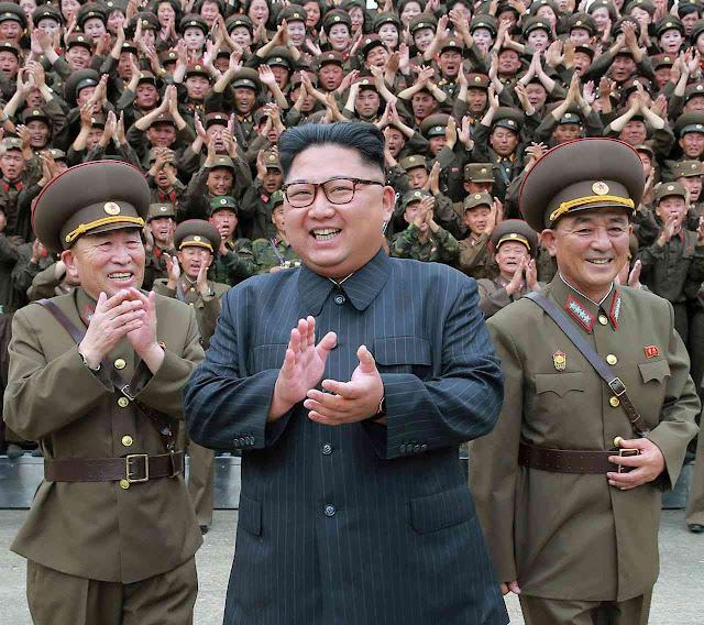 O ditador Kim Jong-un teatraliza uma compacta e fanática fidelidade militar. Mas a realidade é muito diferente.