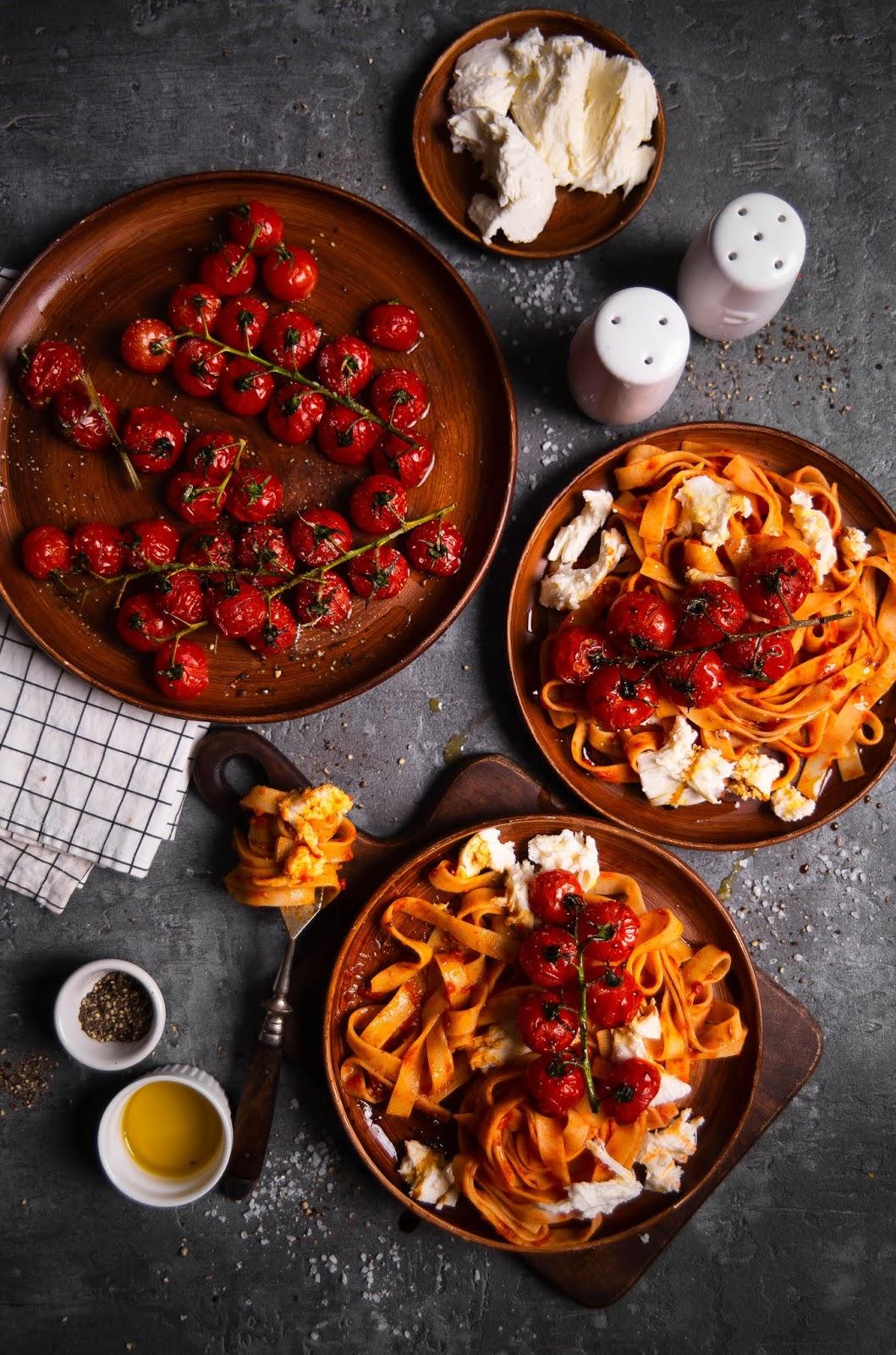 Makaron tagliatelle z pieczonymi pomidorkami i mozzarellą