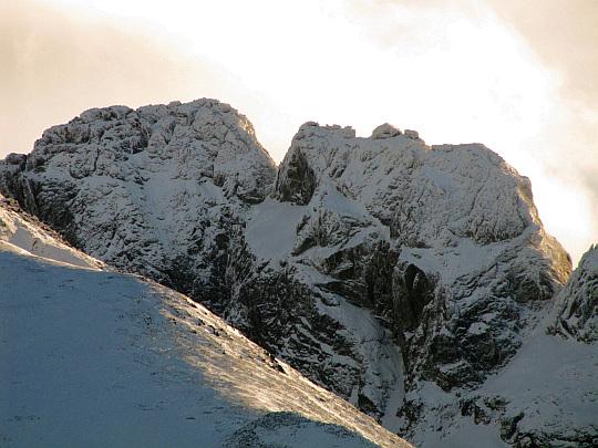 Z lewej widać Kozi Wierch (2291 m n.p.m.). Z prawej Kozie Czuby (2263 m n.p.m.)