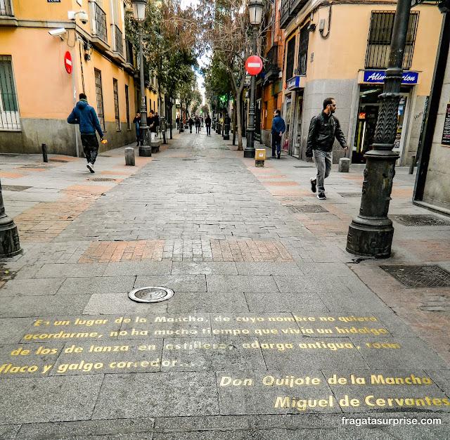 Trechos do D. Quixote gravados no piso da Calle de las Huertas, do Bairro das Letras de Madri