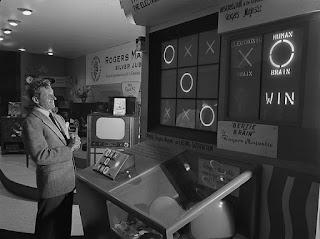 Foto do comediante Danny Kaye em pé à frente de Bertie The Brain na exposição nacional canadense em 1950.