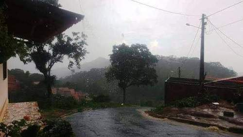 Chuva derruba muro em Capistrano; chove granizo em Aratuba