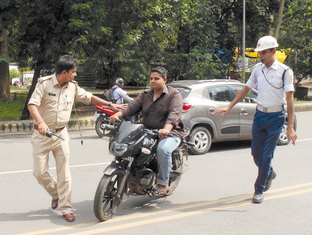 ट्रैफिक नियमों के खिलाफ है चप्पल पहनकर बाइक चलाना, भरना पड़ सकता है जुर्माना