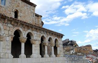 Imagen de la Iglesia romanica del Rivero y al fondo los restos del antiguo castillo en San Esteban del Gormaz, Soria