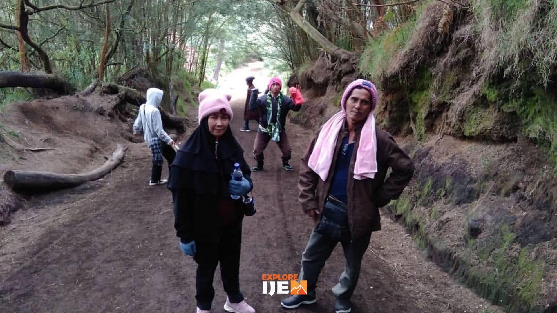 jalan setapak menuju puncak kaldera Ijen