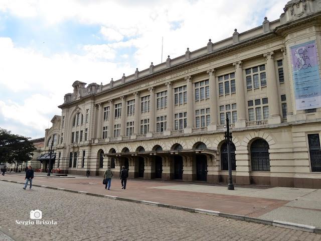 Vista ampla da fachada lateral da famosa Estação Júlio Prestes - Luz - São Paulo