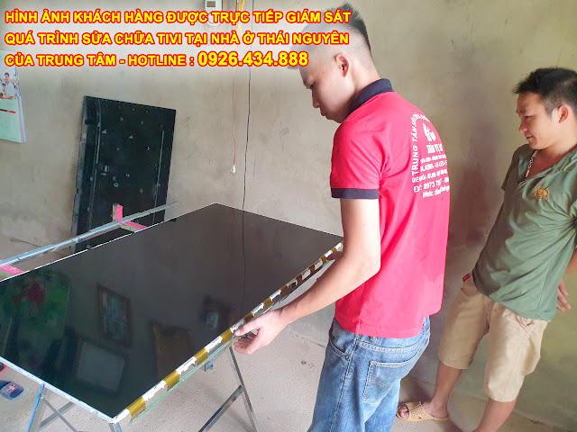 Hình ảnh khách hàng hài lòng khi trực tiếp được giám sát quá trình sửa chữa tivi tại nhà ở Thái nguyên