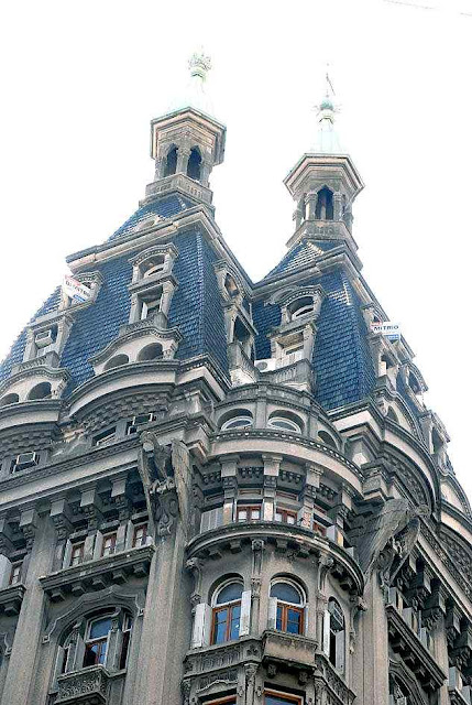 Há cúpulas em prédios públicos ou empresariais