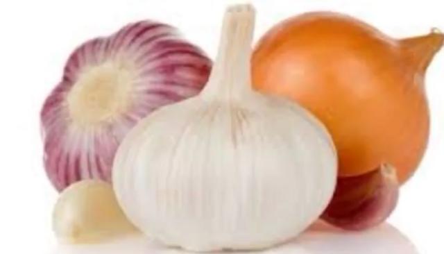 Ingredientes para el plaguicida natural de ajo y cebolla