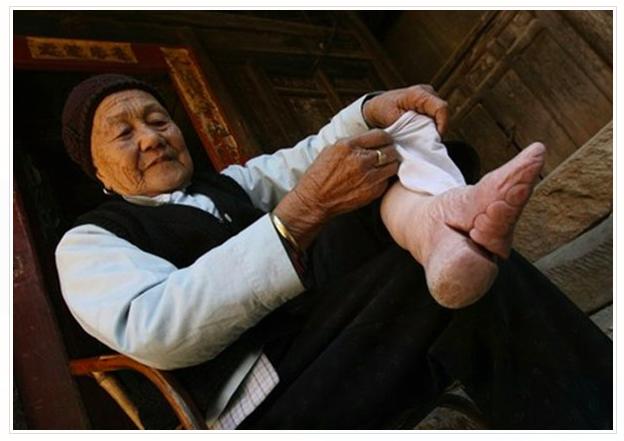 fotografije zena u Kini sa vezanim stopalima