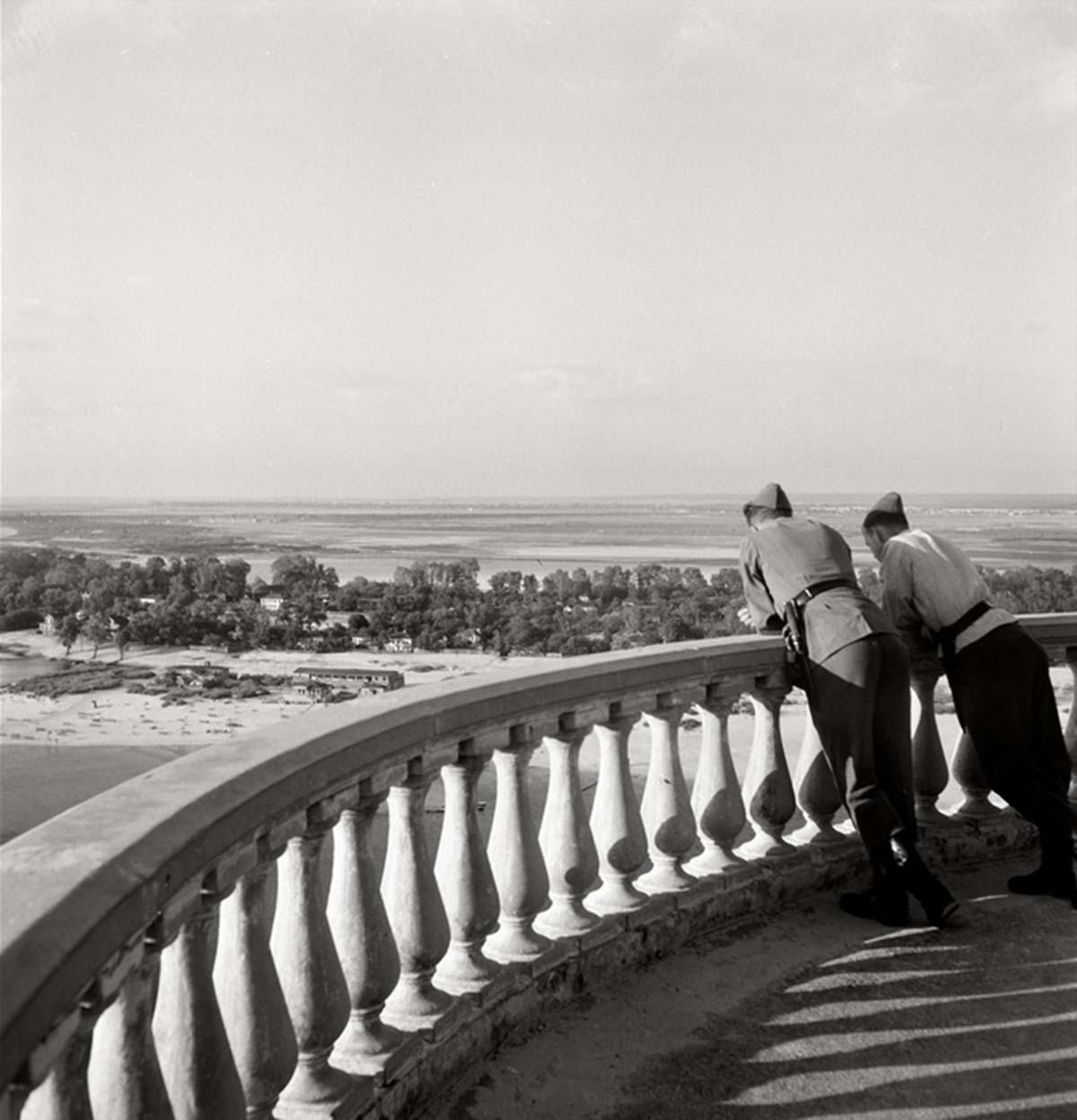 Dos soldados de Wehrmachts en un punto de vista del Dnpr cerca de Kiev.