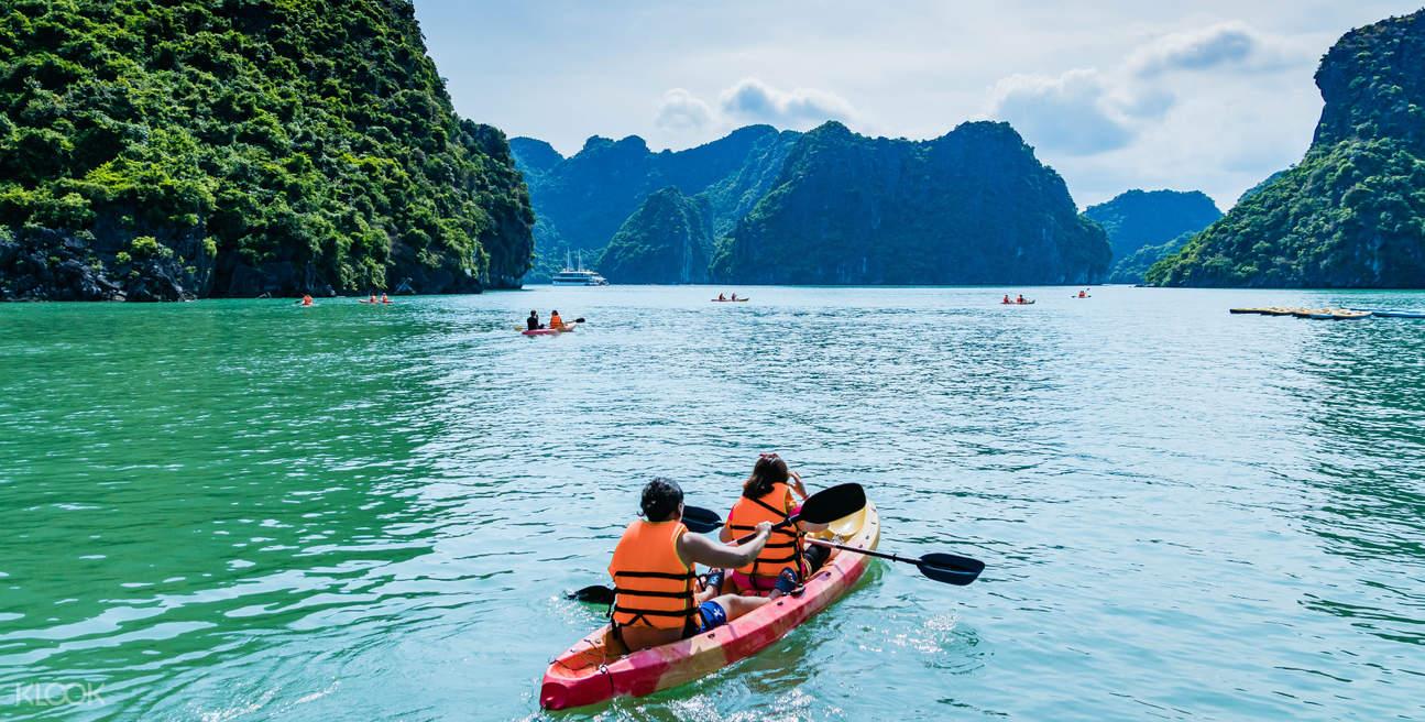 Байдарки в заливе Лан-ха во Вьетнаме