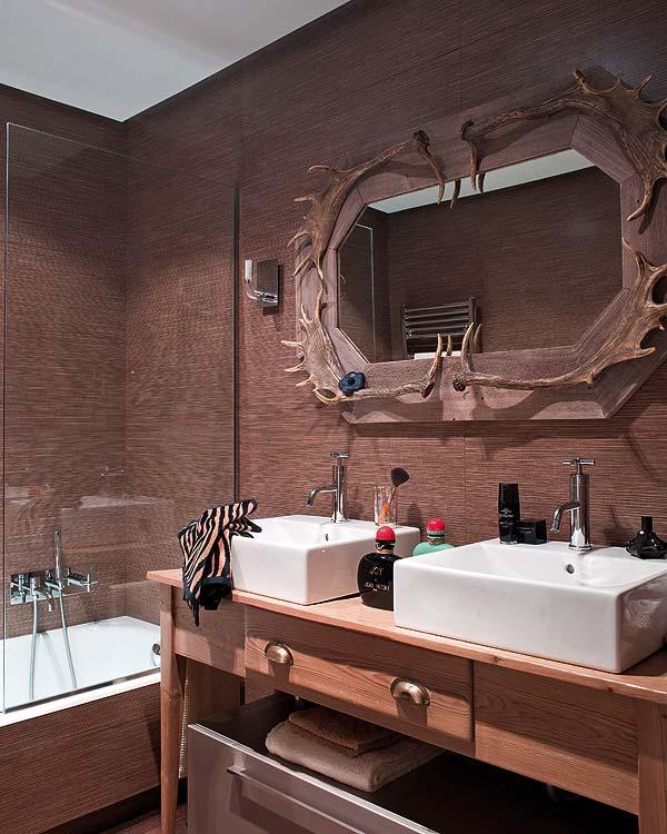 baño con papel pintado de tonos oscuros chicanddeco