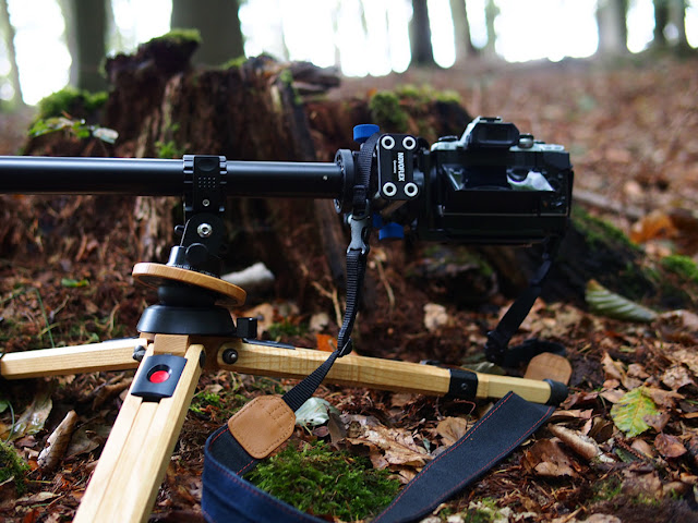 Kamera auf Holzstativ mit Auslegearm