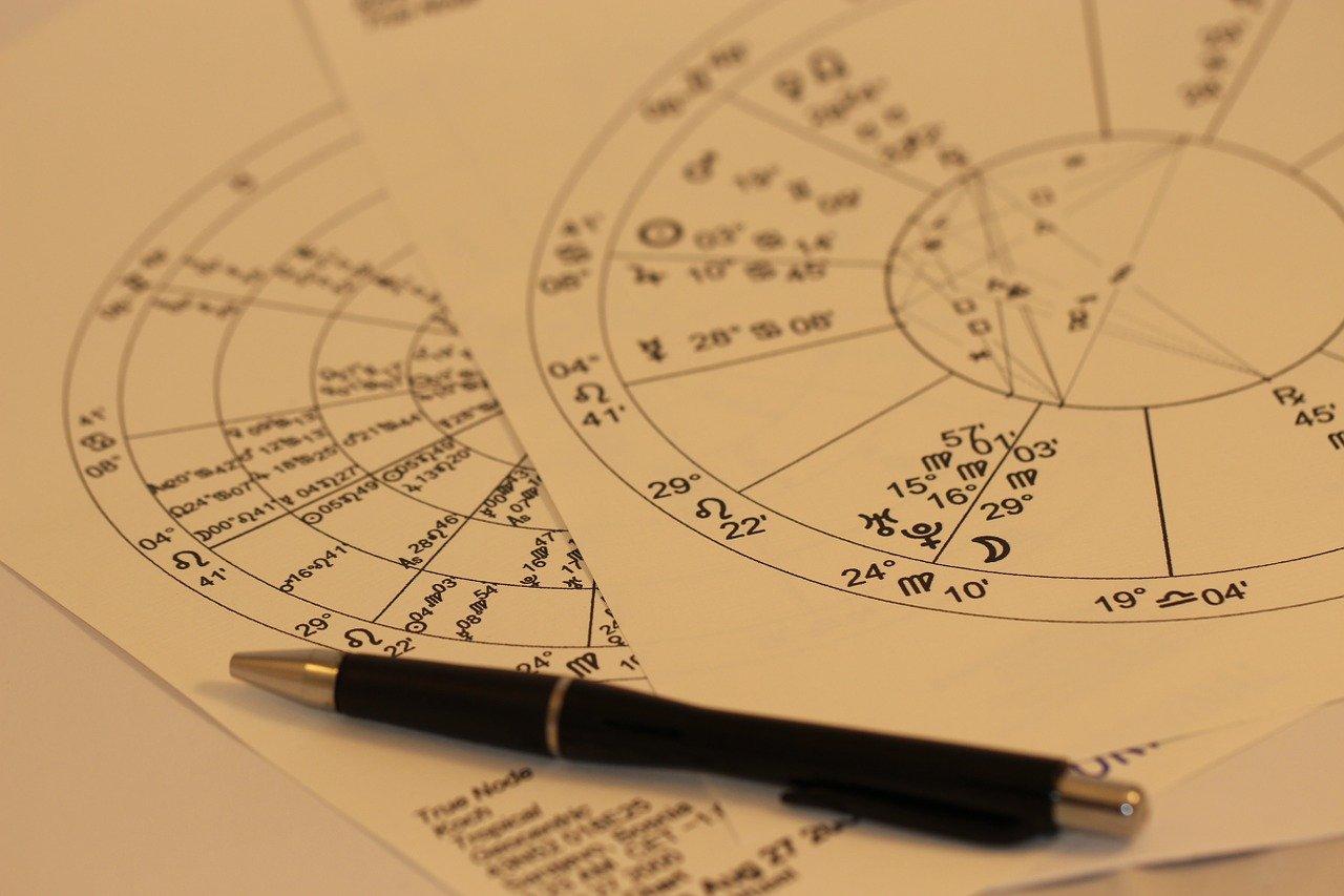mapa astral antigo e caneta preta