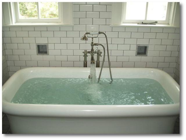 Μπανιέρα γεμάτη με νερό