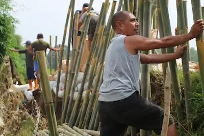 Warga Villamas Asri Setu Gotong Royong Perbaiki Tanggul Waduk Burangkeng