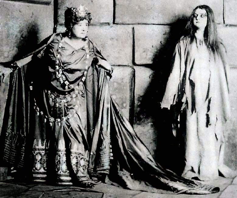 Ernestine Schumann-Heink and Annie Krull, as Clytemnestra and Elektra in Strauss's Elektra in Dresden in 1909