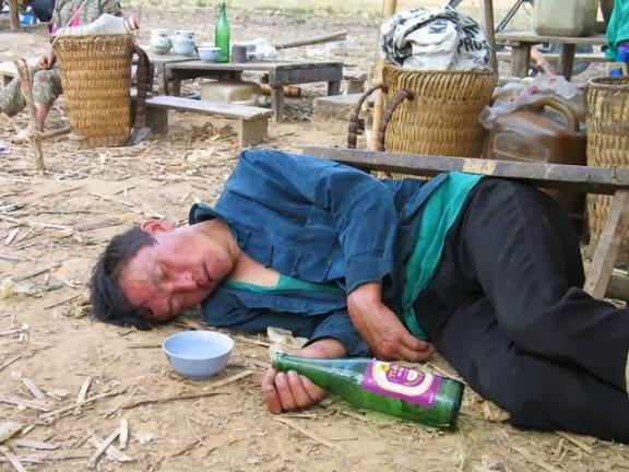 say rượu ở phiên chợ