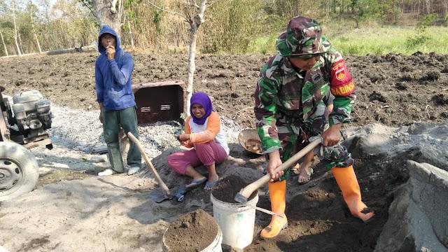 Babinsa Ngebung Kerja Bakti Pembuatan Jalan Tembus Dk. Wonolelo – Dk Ngrenjeng