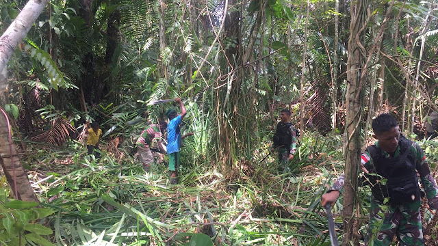 Satgas Raider 300 Bahu Membahu Bergotong Royong Bersihkan Jalan Desa