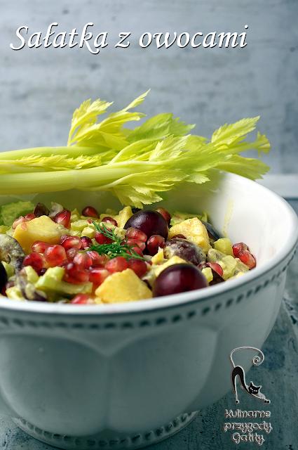 owocowa-salatka-w-bialej-misce