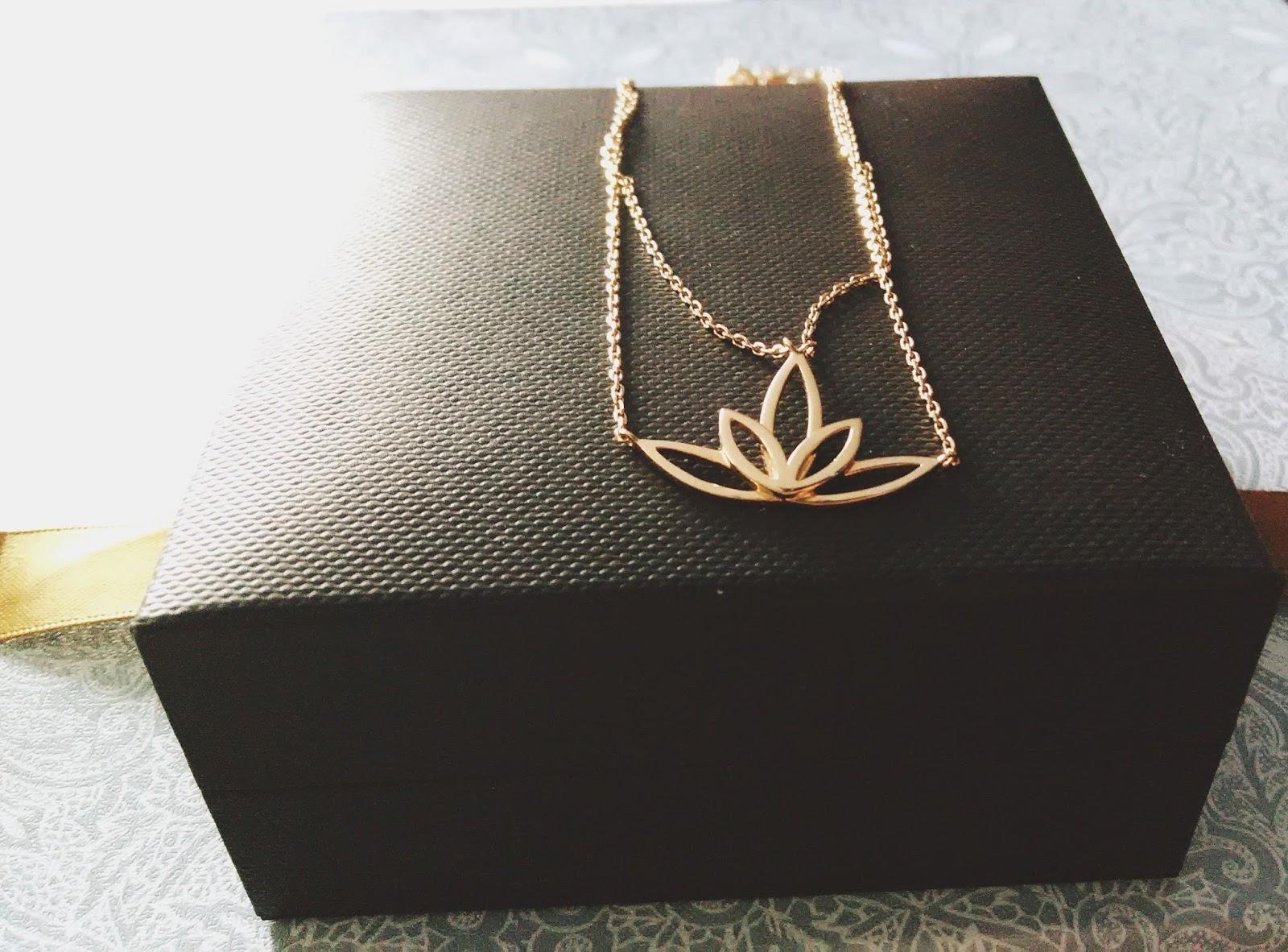 d0f812f42288af Wybrałam naszyjnik z mosiądzu złoconego bali. Zawieszka jest odwzorowaniem  kwitnącego kwiatu lotosu. Patrząc na niego od razu na myśl przychodzą  słoneczne ...