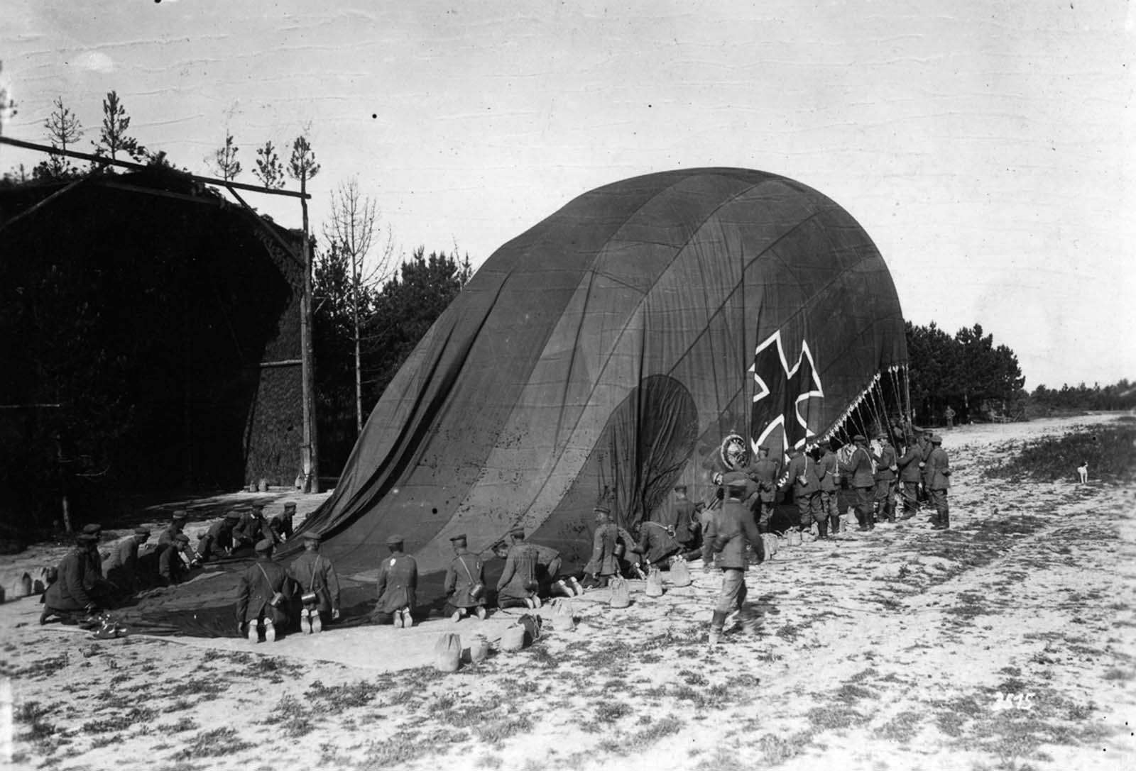 German soldiers inflate an observation balloon. 1915.