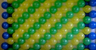 Wand aus Luftballons zur Partydekoration.