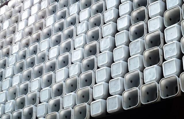 Kotak es krim, material utama pembentuk fasad Microlibrary