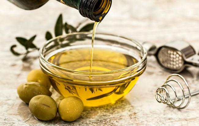 Olio extravergine e olive verdi