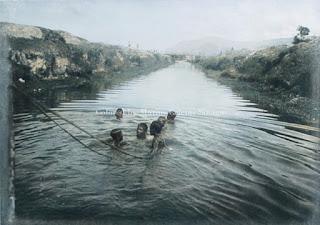 sekelompok anak laki-laki menarik perahu di tano ponggol pangururan