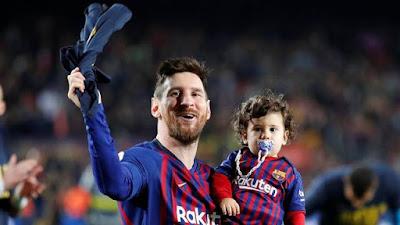 Messi e filho comemoram título do Barça (Foto: Reuters)