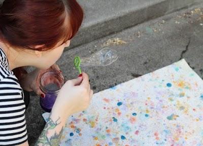Burbugrafía pintar en verano con burbujas de jabón