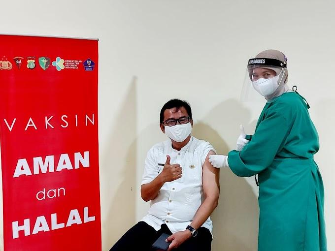 Pegawai Samsat Depok Jalani Vaksinasi Tahap Pertama