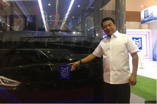 Jenderal TNI (Purn) Moeldoko, Kepala Staf Presidenan (KSP) dengan bus listrik buatan PT Mobil Anak Bangsa
