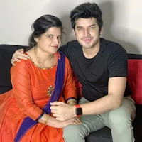 paras kalnawat with here mother
