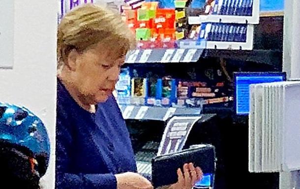 Меркель накупила вина та туалетного паперу