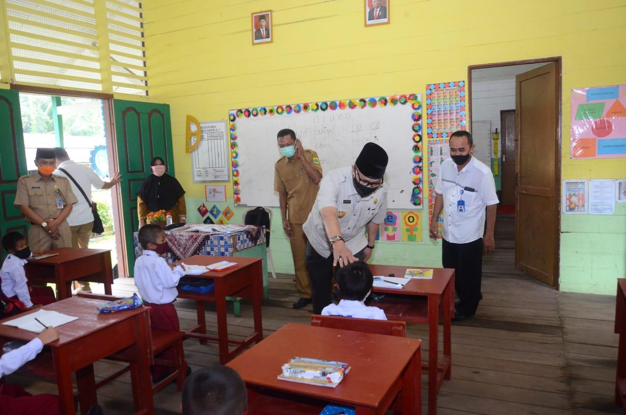 Pjs Bupati Lingga Kunjungi Beberapa Sekolah Pastikan Kegiatan Belajar Tatap Muka Terapkan Protokol Kesehatan