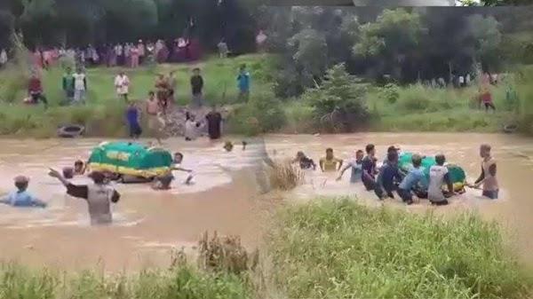 Miris! Tak Ada Jembatan, Warga Gresik Hanyutkan Keranda Jenazah di Sungai