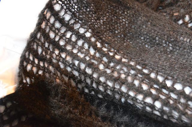 Detal rękawa ażurowego moherowego swetra