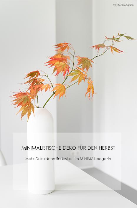 Herbstliche Dekoration mit Ahornzweigen - minimalistisch und einfach.