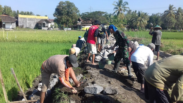 Semangat Gotong Royong Warga Dan TNI Pada TMMD Reguler 105 Tahun 2019