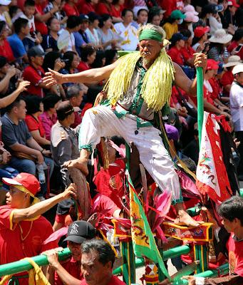 Tatung bergaya dengan berani di Festival Cap Go Meh